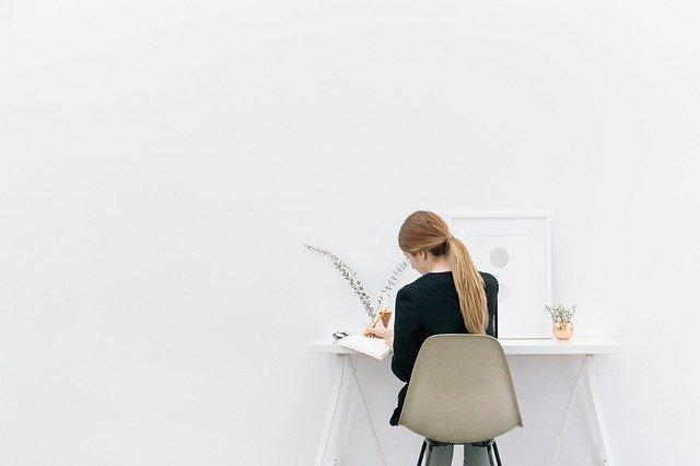 パソコンする女性の後ろ姿
