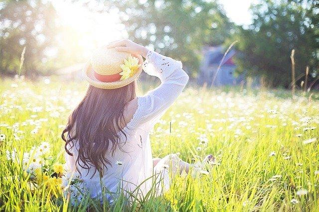 花畑の中で座っている女性