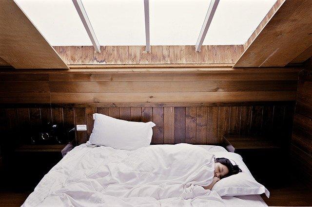ベッドの中でくつろぐ女性