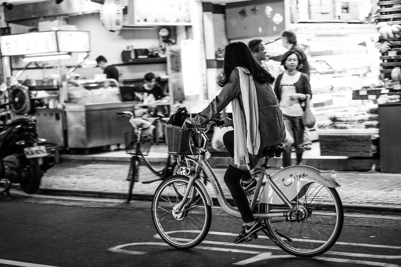 夕暮れの中、自転車に乗る女性