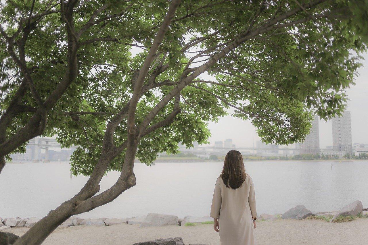 木陰にいる女性